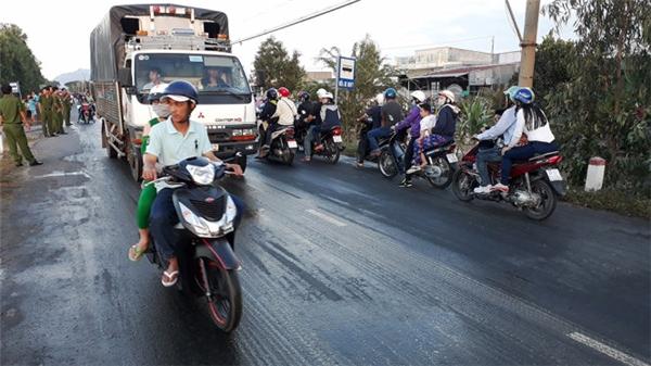 Tài xế đã nhanh chóng điều khiển xe ra gần đường quốc lộ. (Ảnh: B.Đ)