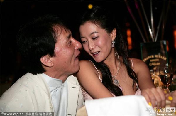 """Kim Hee Sun và Thành Long trở nên thân thiết từ sau khi đóng chung Thần Thoại, và trong một sự kiện người ta đã bắt gặp hình ảnh Thành Long có hành động thân mật ép sát vào người Kim Hee Sun, ánh mắt và nụ cười """"đầy ẩn ý""""."""