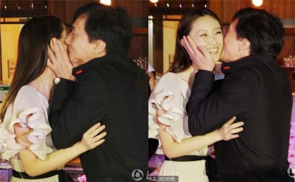 """Trong một sự kiện nhãn hàng năm 2011, Thành Long và diễn viên đàn em Lâm Bằng cùng nhau xuất hiện, Thành Long đã bất ngờ đặt hai nụ hôn lên nồng cháy lên hai má của nữ diễn viên khiến cô nàng """"không kịp trở tay""""."""
