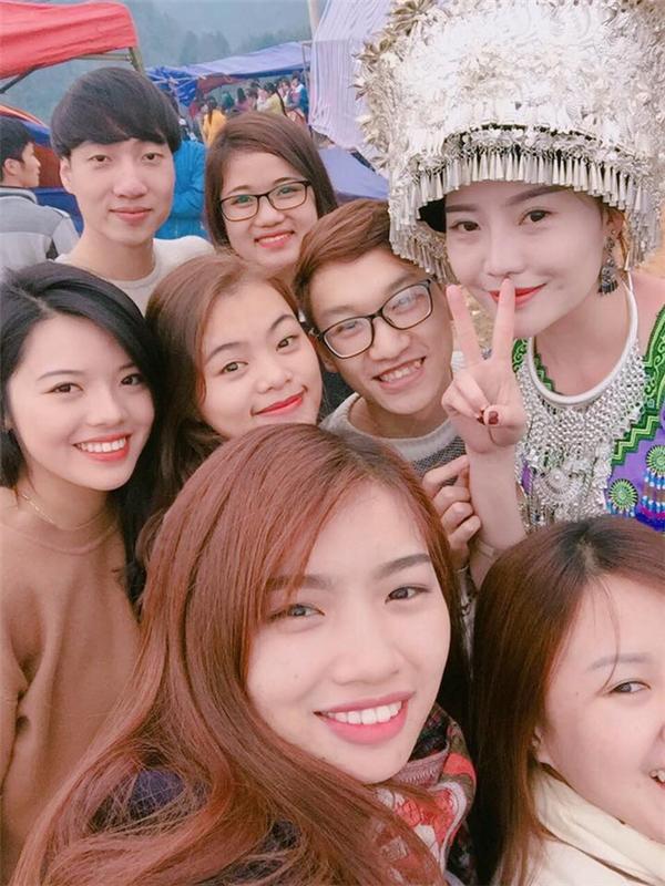 Cô được nhiều bạn trẻ rủ selfie cùng tại lễ hội.