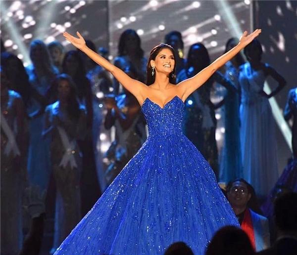 Hoa hậu Hoàn vũ 2015 diện bộ váy xòe cúp ngực của Michael Cinco như nàng công chúa bước ra từ những câu chuyện thần thoại. Bộ váy bắt sáng mạnh trên sân khấu với hàng nghìn viên pha lê, kim cương đính kết tinh tế. Nhan sắc ngày càng mặn mà của Pia kết hợp với thiết kế lộng lẫy đã tạo nên những khoảnh khắc tuyệt vời, khó quên với khán giả.