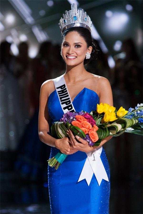 Chắc hẳn nhiều người vẫn chưa thể quên khoảnh khắc đăng quang đi vào lịch sử của Pia khi MC xướng tên nhầm người chiến thắng tạo nên một làn sóng tranh cãi dữ dội. Trong đêm chung kết Miss Universe 2015, Pia chọn diện một thiết kế màu xanh lạ mắt cho phần thi trang phục dạ hội của top 5.