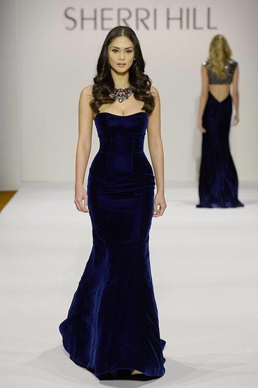 Hoa hậu Hoàn vũ 2015 cuốn hút trên sàn diễn với chất liệu nhung cùng màu xanh thẫm sang trọng.