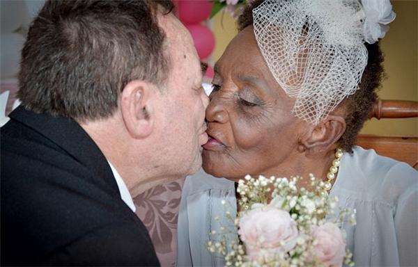 Cả cụ ông và cụ bà đều rất hạnh phúc và nhanh chóng khóa môi để kết lại lễ đính hôn.