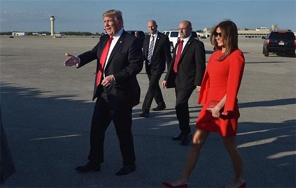 Tại sao tân Tổng thống Mỹ lười nắm tay vợ giữa đám đông?