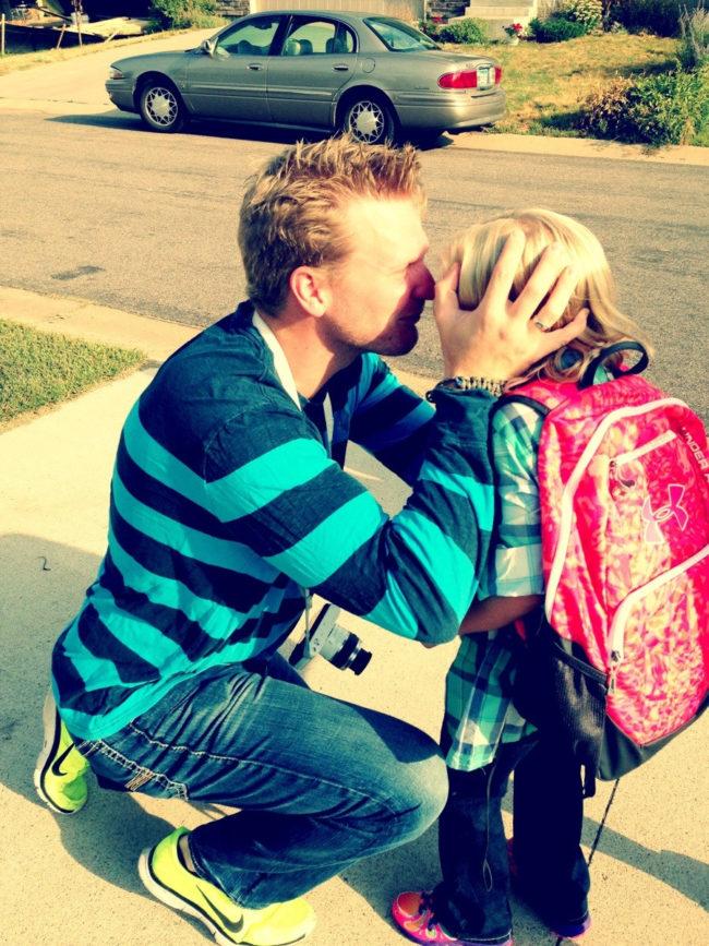 """""""Tôi là ông bố đơn thân của ba đứa nhóc. Và đây là khoảnh khắc tôi chào tạm biệt con gái lớn trong ngày đi học đầu tiên của cô bé""""."""