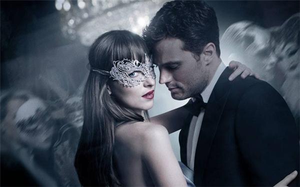 Fifty Shades Darker tiếp tục khai thác mối quan hệ tình cảm kỳ lạ giữa chàng tỷ phú Christian Grey (Jamie Dornan) và cô gái Anastasia Steele (Dakota Johnson).