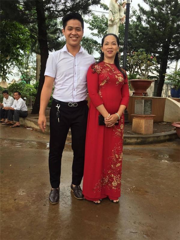 Chí Cảnh cùng người mẹ tuyệt vời của mình.