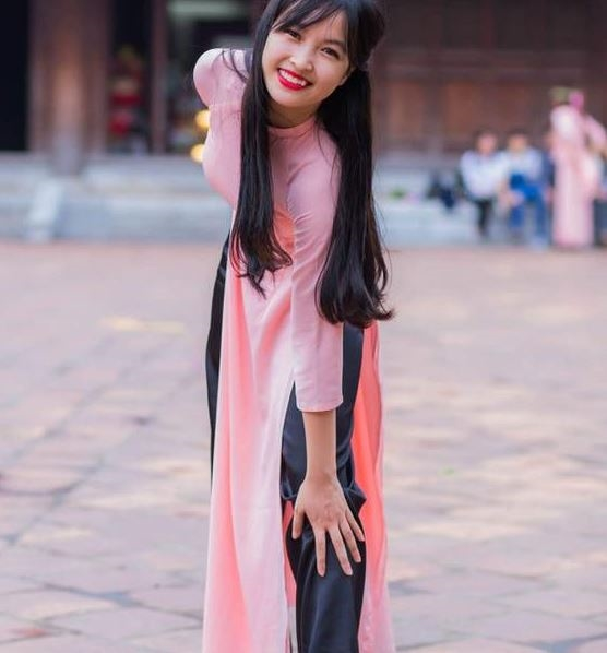 Cô gái trẻ rất duyên dáng tự nhiên trong tà áo dài màu sắc nhẹ nhàng.