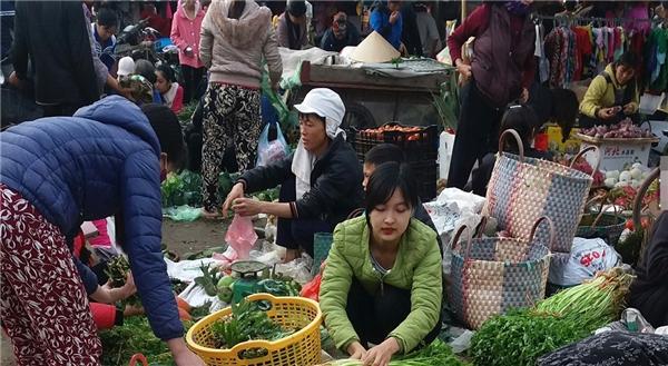 Hình ảnh cô nàng bán rau cực xinh đẹp khiến nhiều người chú ý.