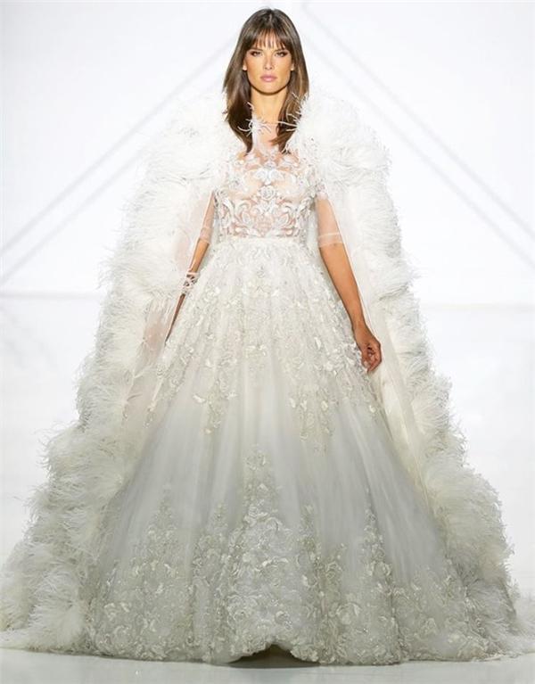 Áo choàng lông được sử dụng làm điểm nhấn cho thiết kế mang phong cách cổ điển của Ralph & Russo. Nếu ưa chuộng váy cưới trắng thì sự tinh tế, nhã nhặn của bộ cánh này sẽ chiều lòng bạn khá tốt đấy!