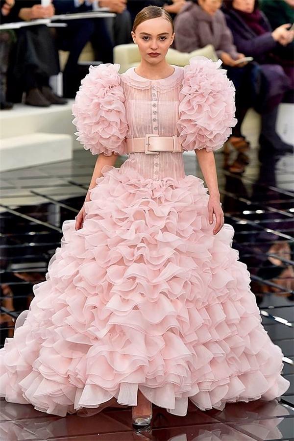 Bộ váy hồng với những tầng lớp dún bèo đan xen vào nhau tạo cảm giác bồng bềnh, mềm mại nhưng vô cùng ấn tượng. Giữa dòng chảy của những phom dáng hiện đại, Chanel lại ghi điểm bởi sự thanh lịch của phong cách cổ điển.