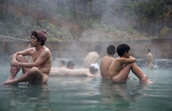 Mặc quần áo trên người khi tắm là điều cấm kị trong văn hóa tắm suối ở Nhật.