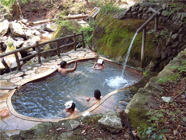 Tắm suối nước nóng là nét văn hóa lâu đời của người Nhật.