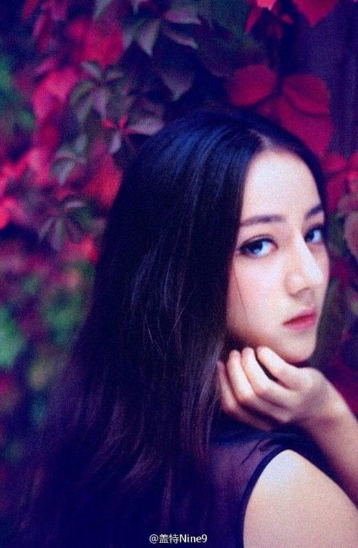 """Được giới truyền thông và cư dân mạng Trung Quốc bình chọn là một trong những nàng Hoa đán mới đầy triển vọng của làng giải trí Cbiz nên khi cô nhận vai diễn Phượng Cửu trong dự án phim chuyển thể đình đám này đã khiến dân tình một phen """"sục sôi""""."""