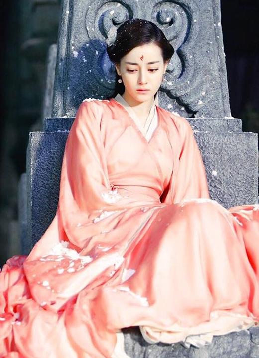 Cô nàng đã không khiến khán giả phim Hoa ngữ nói chung và tiểu thuyết Tam sinh Tam thế nói riêng phải thất vọng khi vào vai Phượng Cửu với nhan sắc hết sức long lanh, thần thái thanh tao, thoát tục tựa tiên giáng trần.