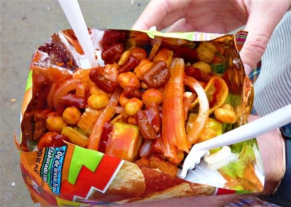 Rạp chiếu phim Mexico phục vụ móntostilocoslàm từ da lợn muối, salad,bánh ngô, đậu phộng và nước sốt nóng.