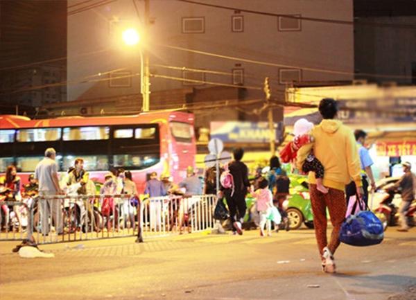 Cảnh ngồi đợi người thân đến đón quen thuộc ở cổng bến xe.(Ảnh: T.R)  Cổng bến xe miền Đông kẹt cứng xe lúc sáng sớm.(Ảnh: T.R)  Những chuyến xe các tỉnh Bình Định, Kon Tum, Quảng Ngãi cập bến lúc 3 giờ sáng.(Ảnh: T.R) Cảnh chờ đón người thân ở khắp bến xe.(Ảnh: T.R)