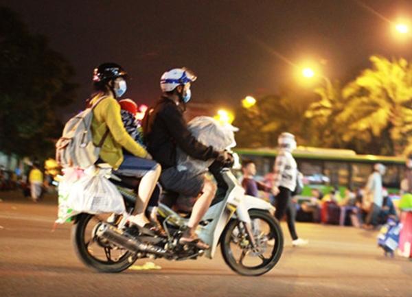 Mọi người tranh thủ kéo hành lí tìm người đón.(Ảnh: T.R)  Cả gia đình cùng chất đồ lỉnh kỉnh lên chiếc xe để trở về nhà.(Ảnh: T.R)  Bỏ lại đằng sau những chuyến xe và người là bãi chiến trường rác.(Ảnh: T.R)