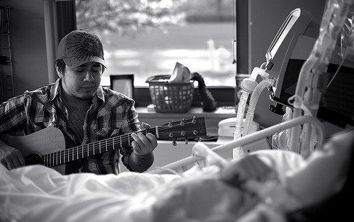 Chris hát tặng Juliana khi cô còn nằm trên giường bệnh.