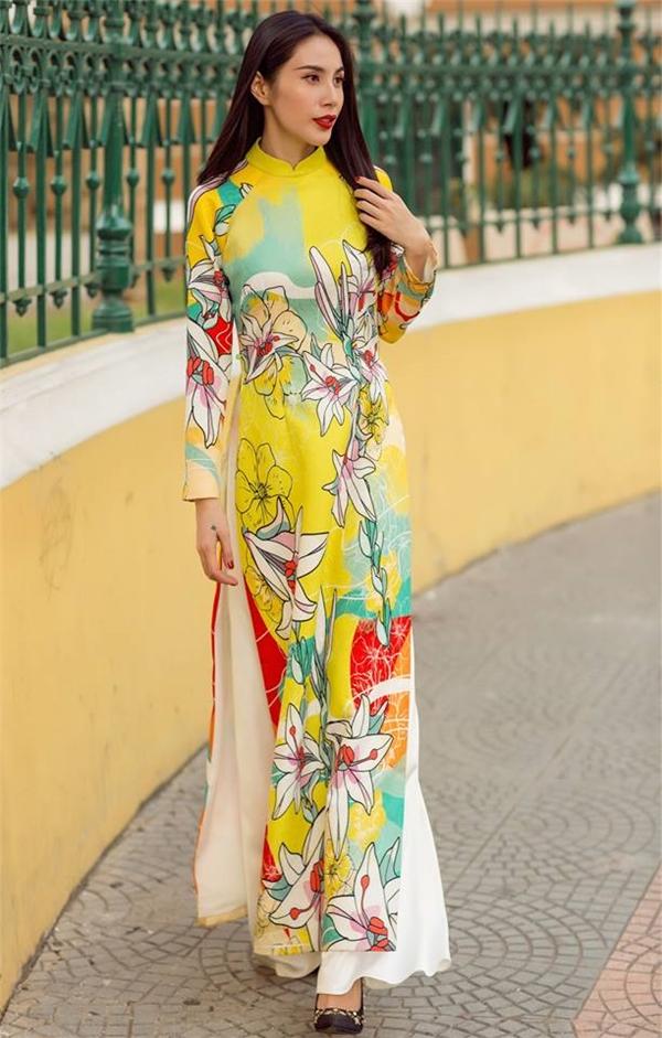 Họa tiết hoa đa sắc trên nền vàng rực rỡ như mang cả không khí mùa xuân những ngày đầu năm mới lên áo của Thủy Tiên.