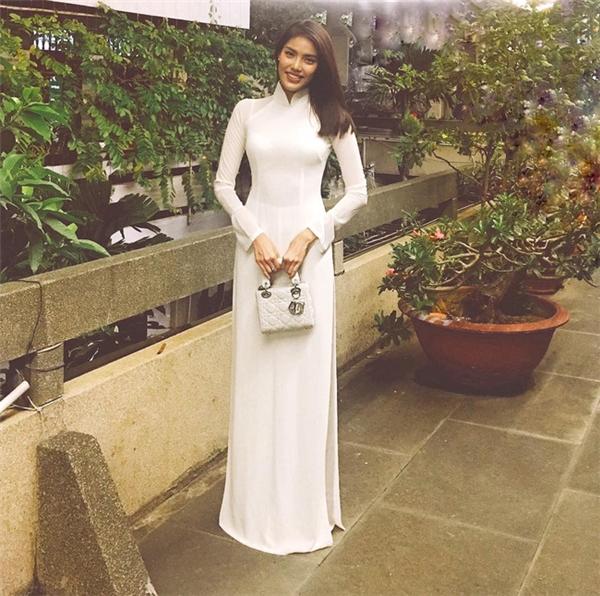 Trong dịp Tết vừa qua, Lan Khuê lại chọn diện áo dài trắng thanh lịch, tôn dáng nuột nà. Bộ trang phục vô cùng phù hợp với tiết trời những ngày giao mùa thi vị, an lành.
