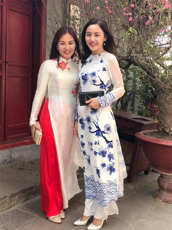 Văn Mai Hương với bộ áo dài làm gợi nhớ đến những chiếc bình gốm sứ truyền thống qua hai gam màu chủ đạo: xanh, trắng.