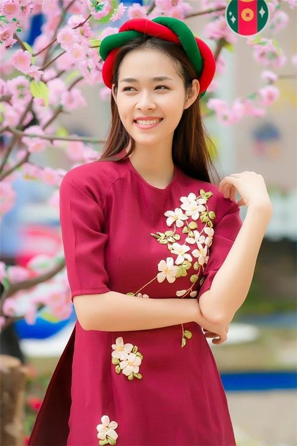 Diệp Bảo Ngọc duyên dáng du xuân với chiếc áo màu hồng phấn thẫm sang trọng, ngọt ngào. Họa tiết hoa được chọn làm điểm nhấn cho bộ trang phục với kĩ thuật thêu ruy băng đang thịnh hành.