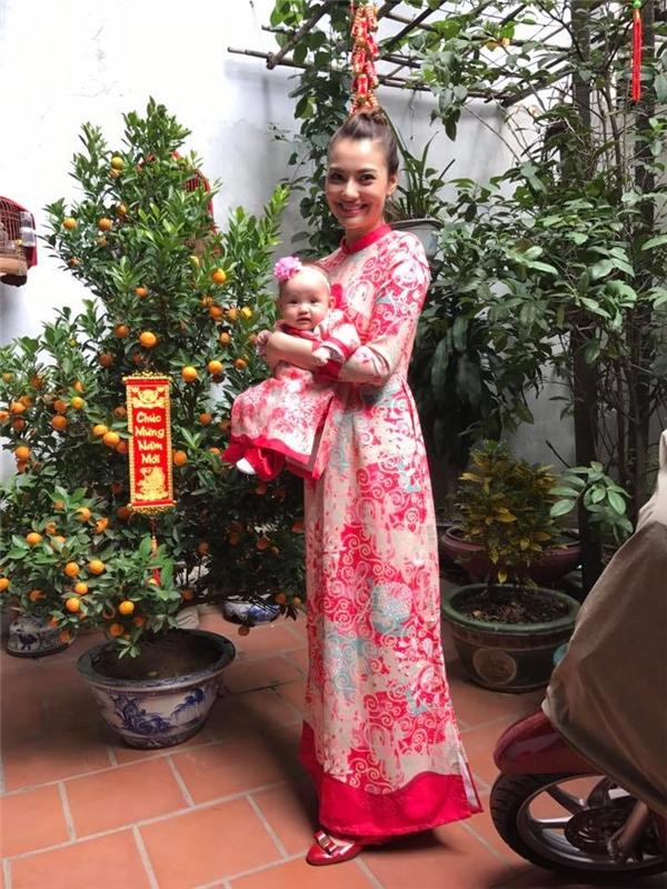 """Mẹ con Hồng Quế""""gây thương nhớ"""" khi diện áo dài đôi trên nền chất liệu gấm với tông hồng trẻ trung cùng những họa tiết mềm mại đan lồng vào nhau."""