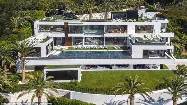 Căn biệt thự siêu khủng với diện tích 3.500 mét vuông này còn bao gồm cả khu spa và bãi đỗ trực thăng trên nóc nhà.