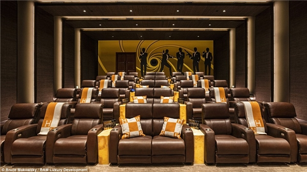 Phòng chiếu xa hoa với tổng chi phi xây dựng lên đến 2 triệu USD được thiết kế theo phong cách James Bond, cùng bộ ghế làm bằng da Ýnày có thể chứa tới 40 khách.