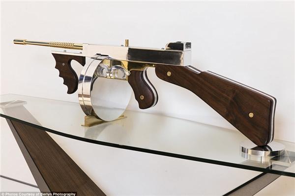 Cây súng mạ vàng cao cấp này được đặt từ nghệ sĩ nổi tiếng Gale Hart.