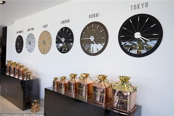 Chủ sở hữu của căn biệt thự có vẻ rất thích đồng hồ Lamborghini.