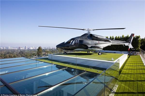 Chiếc trực thăng từng xuất hiện trong chương trình Airwolf nổi tiếng trên được đặt lên nóc nhà.