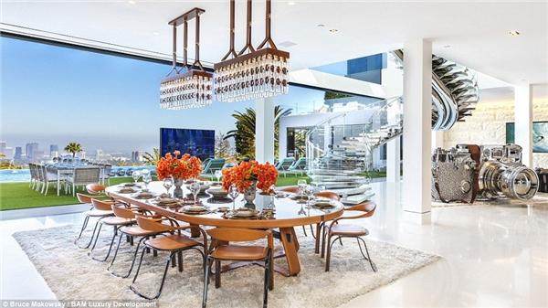 Khu vực bàn ăn cũng ánh lên vẻ lộng lẫy và đắt tiền.