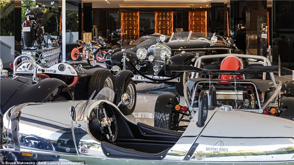 Garage ô tô của căn biệt thự này cũng có tới 12 siêu xe đắt đỏ mức giá dao động từ 2 - 15 triệu USD (45 - 338 tỷ VND).