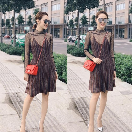 Chiếc túi màu đỏ cam được Minh Hằng dùng làm điểm nhấn cho bộ trang phục có tông nâu trầm mặc.