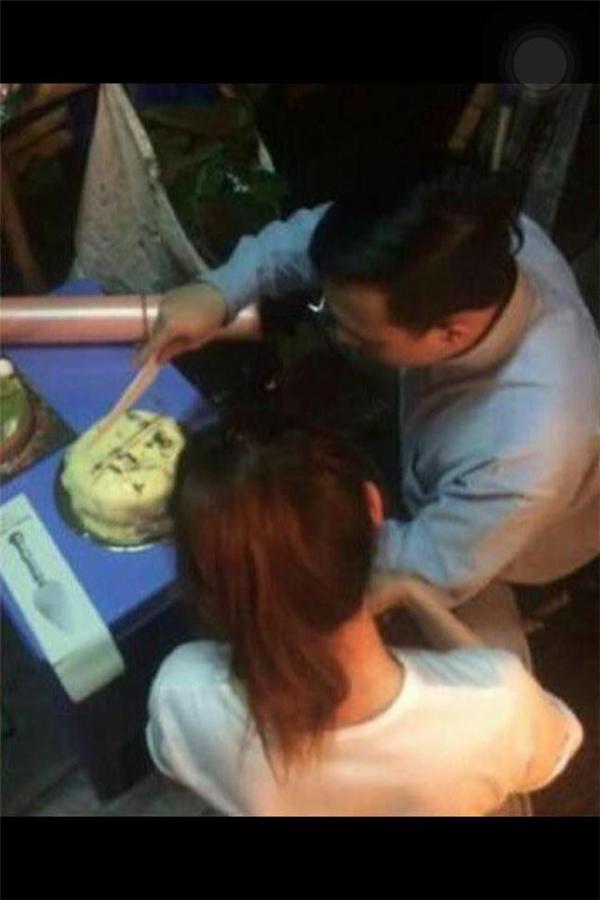 Vợ chồng Trấn Thành - Hari Won tình cảm cắt bánh sinh nhật và cùng nhau thưởng thức trong hậu trường đêm diễn mới đây. - Tin sao Viet - Tin tuc sao Viet - Scandal sao Viet - Tin tuc cua Sao - Tin cua Sao