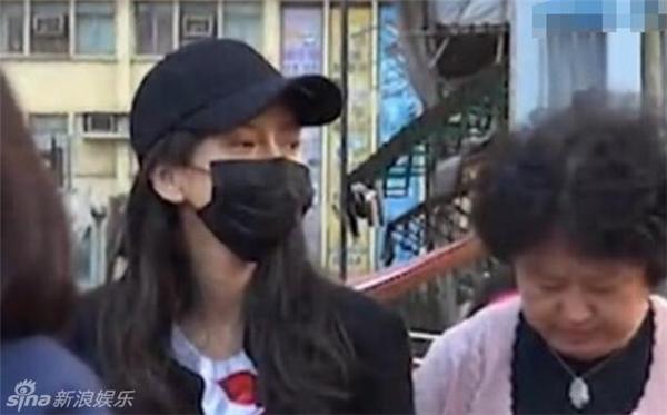 Bà xã Huỳnh Hiểu Minh để mặt mộcđi chợ hoa cùng mẹ chồng sau 8 ngày sinh con.