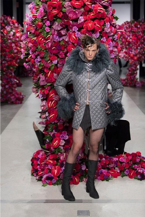 Ở thiết kế của Palomo không khó để phát hiện những đường chít eo hay chi tiết dún bèo, xả tà vốn chỉ được áp dụng cho trang phục dành cho nữ giới. Theo thông tin từ tạp chí Vogue, dù tạo ra trang phục cho người mẫu nam trình diễn nhưng khách hàng của Palomo phần lớn là nữ giới.