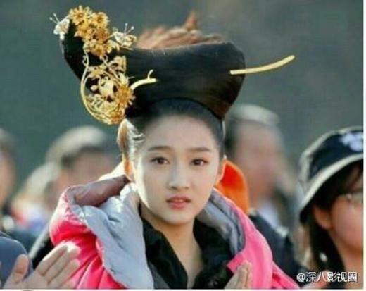 Tạo hình mái tóc của Quan Hiểu Đồng trong Phượng Tù Hoàng bị ném đá dữ dội vì quá giống máy khâu.