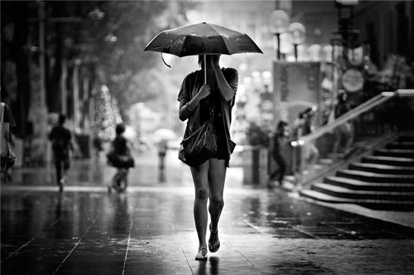 Vào đầu những năm 1950, tại Anh, người ta quan niệm chiếc ô (dù) là thứgắn liền với hình ảnh điệu đà của những người phụ nữ.
