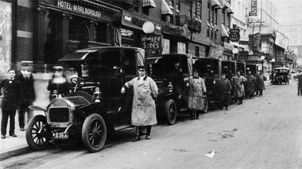 Đội quân taxi đầu tiên trên thế giới củaHarry N. Allen.