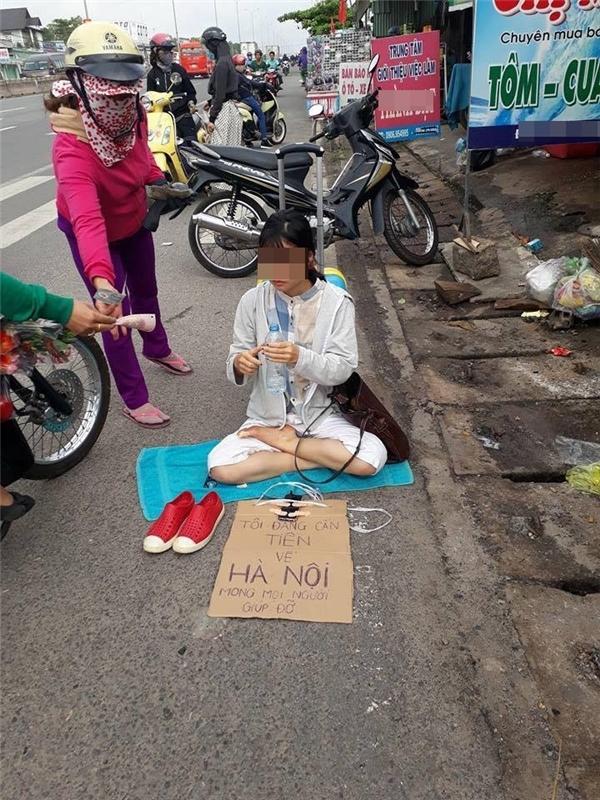 Cô gái xinh đẹp ra vệ đường xin tiền về Hà Nội gây sốt cộng đồng mạng