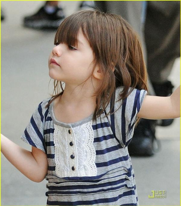 Là con gái của Tom Cruise và Katie Holmes, bé Surimang nhiều nét đẹp của cả bố và mẹ.