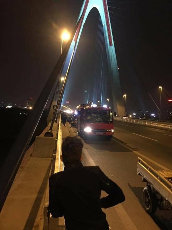 Vụ việc xảy ra tại cầu Nhật Tân, Hà Nội, trong phút sơ sẩy, một người đàn ông đã rơi xuống sông Hồng.