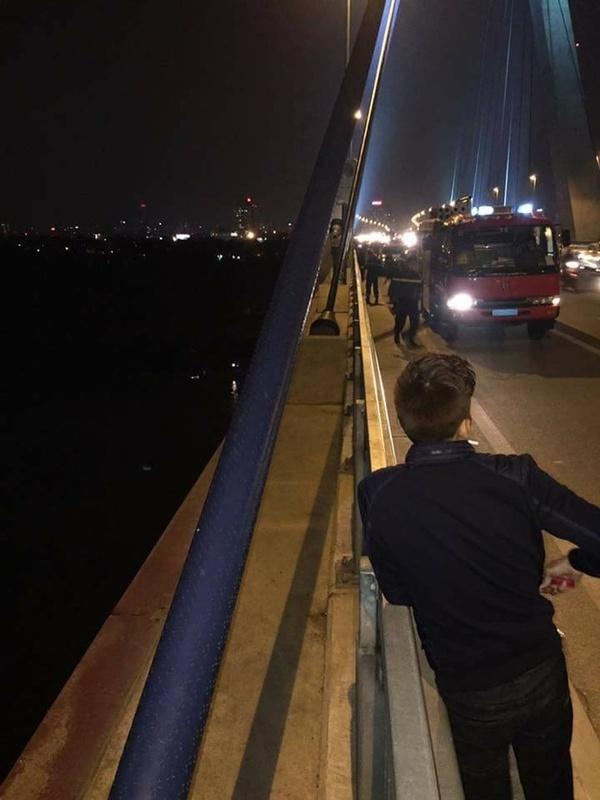 Hai người trên đường thăm người ốm về, khi đến cầu Nhật Tân, vì muốn đi vệ sinh nên họ dừng lại để một người bước qua lan can đi tiểu tiện.