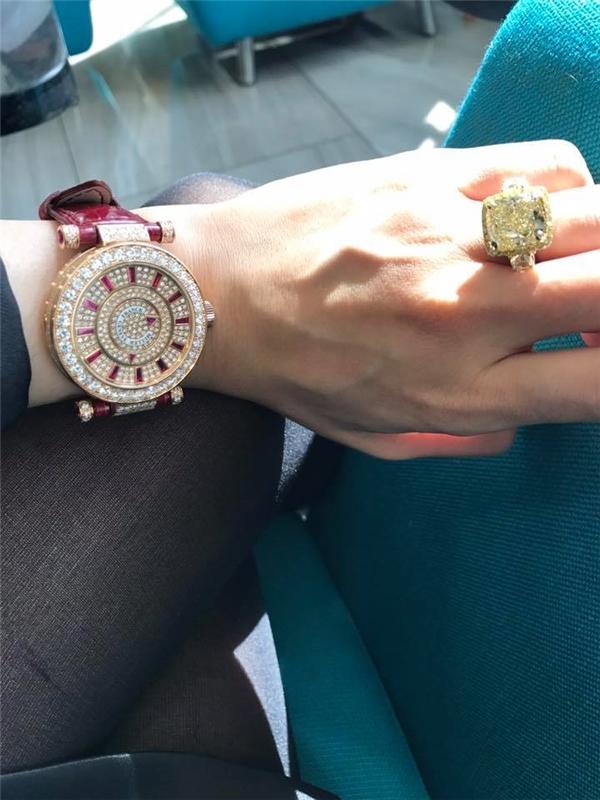 Lệ Quyên khoe đồng hồ kim cương đắt tiền và chiếc nhẫn vàng lấp lánh. - Tin sao Viet - Tin tuc sao Viet - Scandal sao Viet - Tin tuc cua Sao - Tin cua Sao