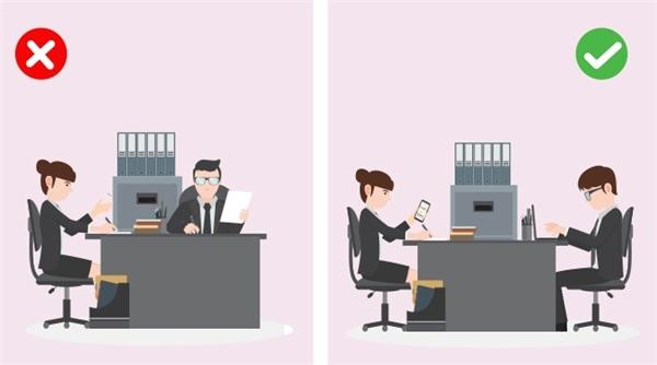 Không gian giao tiếp: Đây là yếu tố rất quan trọng trong các cuộc phỏng vấn xin việc. Khi nhà tuyển dụng mời ngồi nhưng không chỉ cụ thể chiếc ghế nào, hãy chọn chiếc ghế đối diện với họ. Quan trọng nhất là phải ngồi thẳng lưng và thoải mái, đừng tựa về phía trước quá mà cũng đừng ngã ra sau quá. Đặc biệt không được bắt chéo chân hay tay.