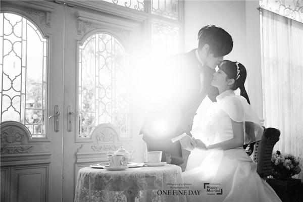 Nụ hôn trán nhẹ nhàng, ngọt ngào tràn ngập niềm hạnh phúc và sự tin tưởng lẫn nhau.